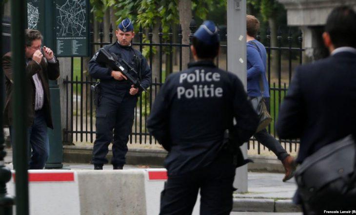 Një persona në Belgjikë tenton ta shtypë turmën e njerëzve me makinë