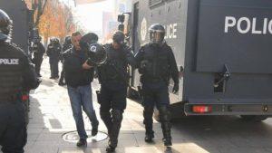 policia-kat-euml-r-polic-euml-t-euml-l-euml-nduar-13-protestues-t-euml-arrestuar_hd