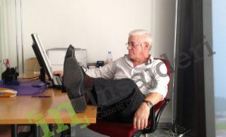 Zyrtari i Konsullatës së Kosovës në Cyrih, pret kosovarët me këmbë mbi tavolinë