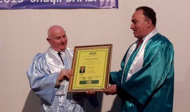 Organizata e dyshimtë e Shqipërisë shpërbleu me çmim edhe Agim Shahinin