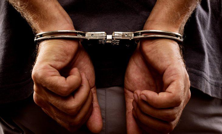Postuan armë në internet, arrestohen katër persona