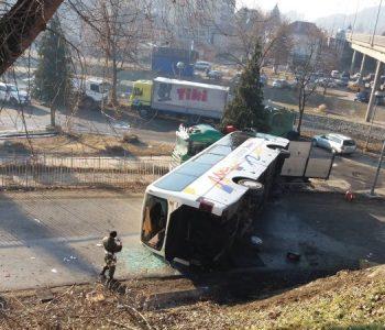 Rrokulliset autobusi që transportonte ushtarë serbë