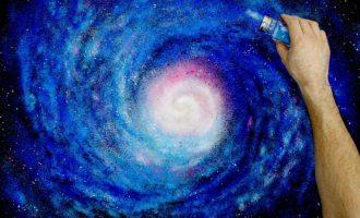Artisti që përdorë një kripore si brushë për ngjyrosje