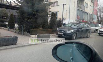 Zv/ministri Dedaj parkon veturën zyrtare në trotuar