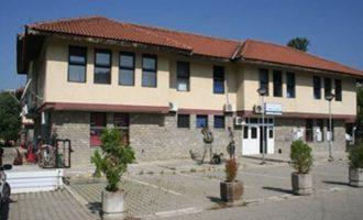 Dekani i Fakultetit të Arteve dyshohet për falsifikim, kërkohet shkarkimi i tij