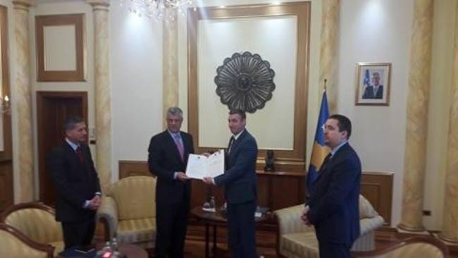 Thaçi ia dorëzon Veselit projektligjin për transformimin e FSK-së