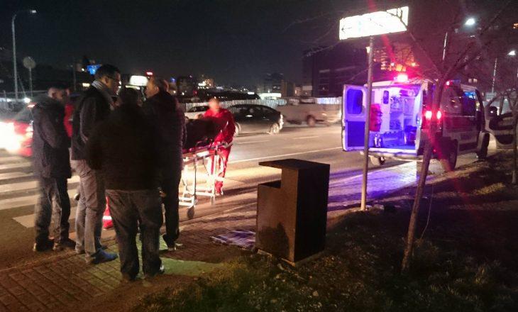 Vetura përplas qytetaren, shoferi largohet nga vendi i ngjarjes