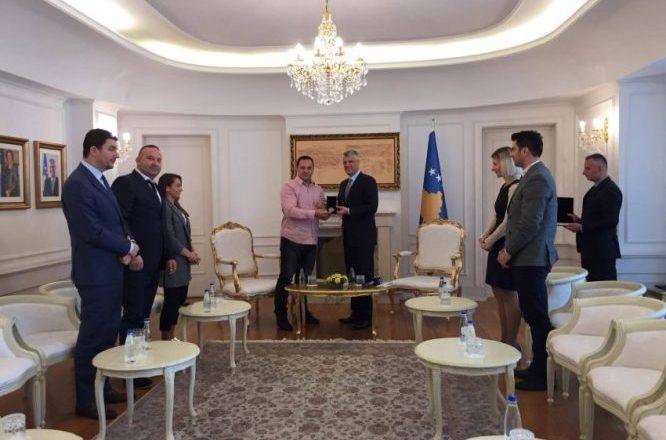 """Thaçi dekoron Driton Kukën me medalje për """"Merita të Veçanta"""""""