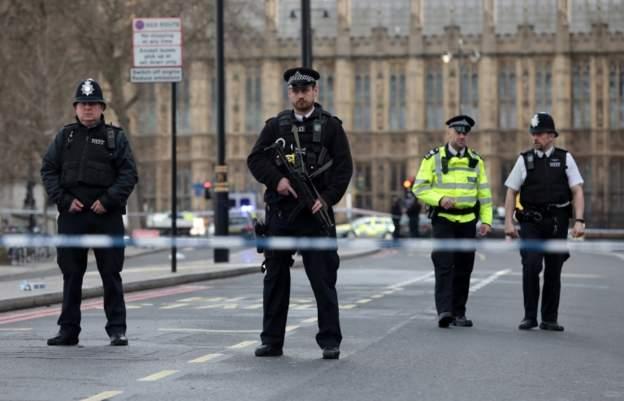 Dëshmitarët identifikojnë dy sulmues në incidentin afër parlamentit britanik