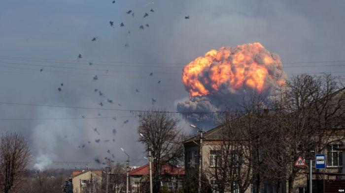 Evakuim masiv pas zjarrit në një depo municioni në Ukrainë