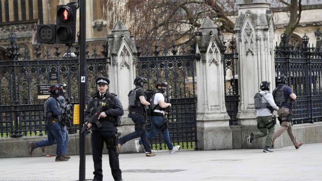 Vritet një grua në incidentin terrorist afër parlamentit britanik