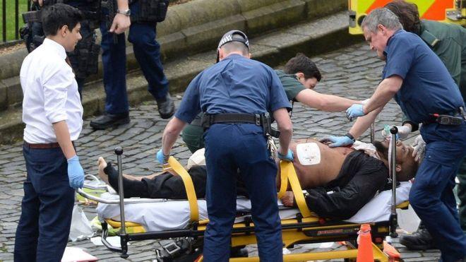 Policia identifikon sulmuesin afër parlamentit britanik