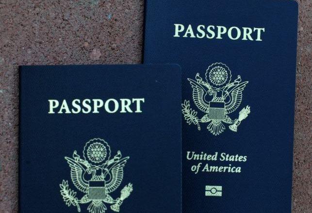 Pse janë vetëm katër ngjyra të pasaportave?