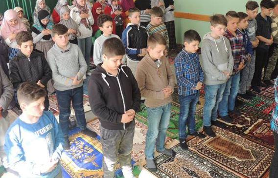 Mësuesi i lëndës fetare lutet që nxënësit të bëhen praktikues të Islamit