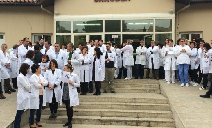 Punonjësit shëndetësorë në protestë