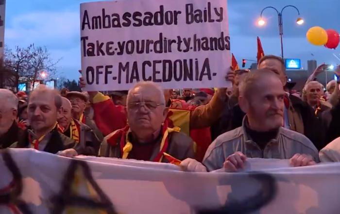 Protestë kundër shqiptarëve ditën kur Komisioneri Hahn do vizitojë Maqedoninë