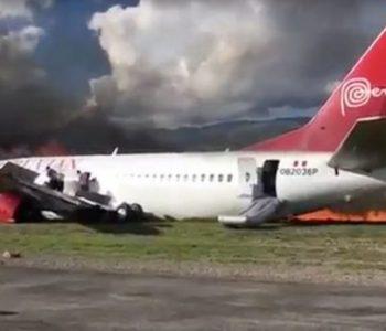 Aeroplani me 141 pasagjerë përfshihet nga zjarri