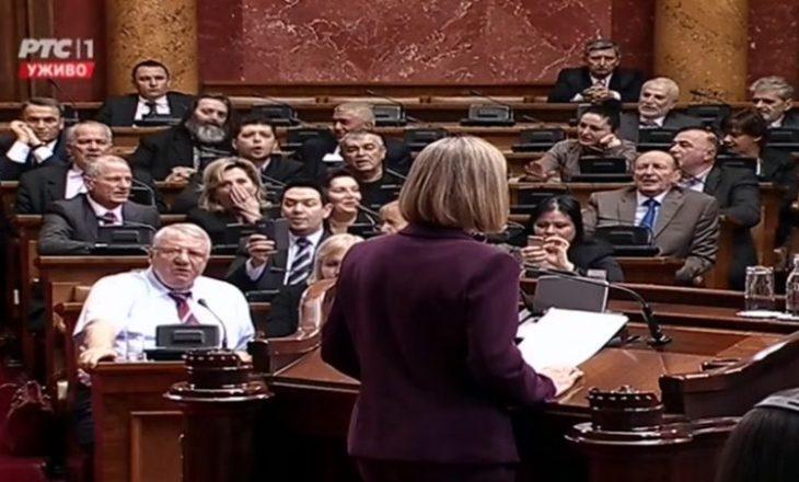 Mogherini pritet me thirje anti-BE në parlamentin serb