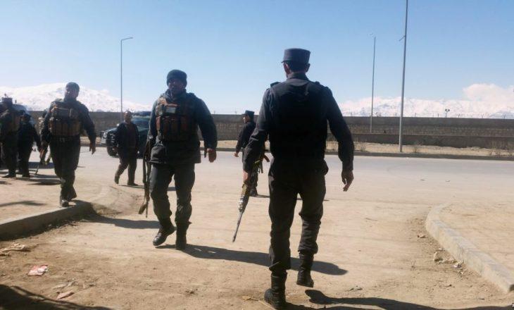 Tetë policë vriten mes vete në Afganistan