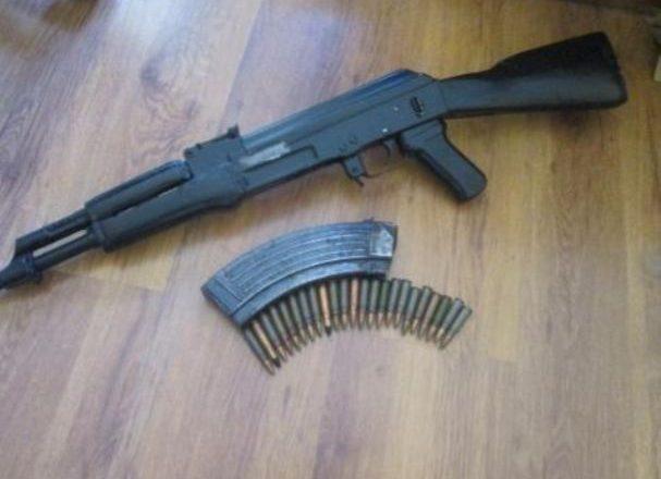 Policia gjen armë dhe narkotik në Istog