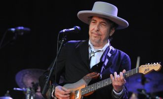 Bob Dylan e pranon Çmimit Nobel gjatë fundjavës