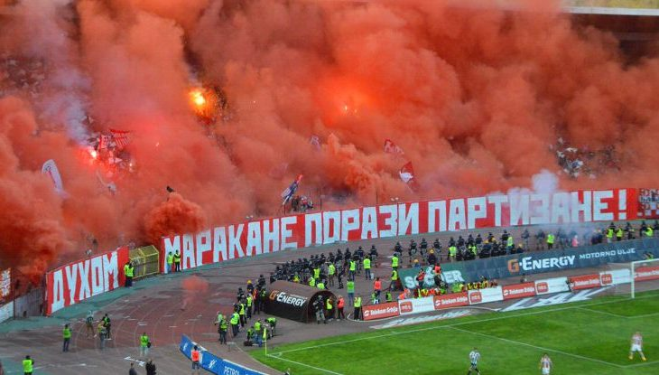 Tifozët serbë djegin flamurin shqiptar [foto]