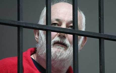 Tërheqja e dëshmitarëve, rrezikon lirimin e David Brown, i akuzuar për abuzim me jetimët në Tiranë