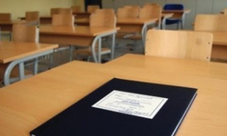 Vidhen 19 ditarë në shkollën e Mjekësisë në Pejë