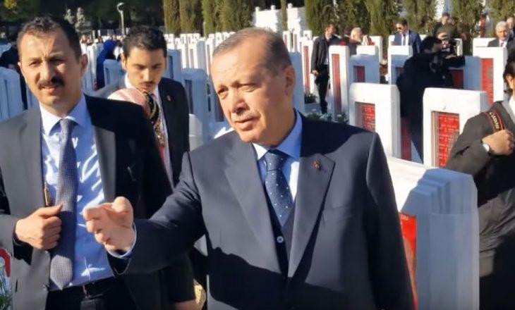 Erdogan nuk pranon të bëjë foto me gazetarët e Bosnjës, shkak cigarja