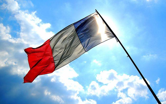 Historianët e Deçanit kërkojnë dëbimin e ambasadorit të Francës