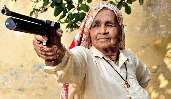 84-vjeçarja indiane që i mëson të rinjtë si të përdorin armët
