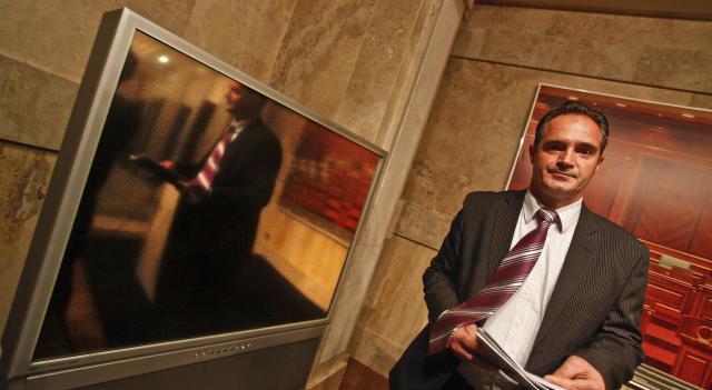 Nait Hasani, nga deputet i pabindur në lavdërues i Thaçit