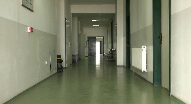 Pacientja me copëz të xhamit në sy pret doktorin 40 minuta në Prizren [video]