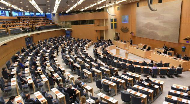 Parlamenti suedez simulon gjendjen e luftës