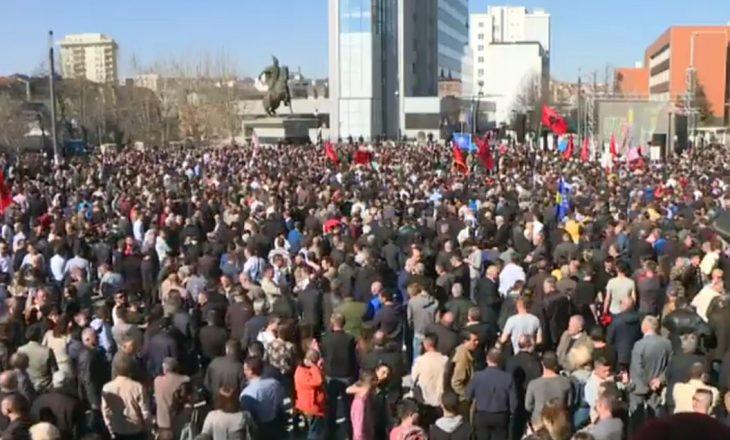 Mblidhen protestuesit, pritet që Haradinaj tu drejtohet atyre përmes një lidhje direkte