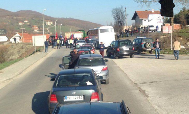 3 mijë persona u nisën nga Serbia për në Kosovë për ta mbështetur Vuçiqin