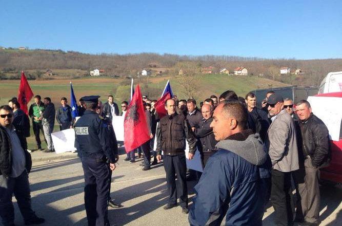 Bllokohet magjistralja Prishtinë-Gjilan kundër ardhjes së Vuçiqit