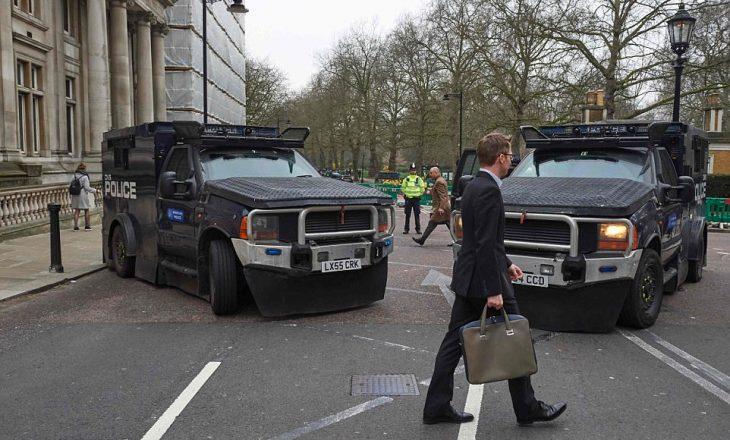 Blindohet Londra, zbresin në terren patrullat e fortifikuara