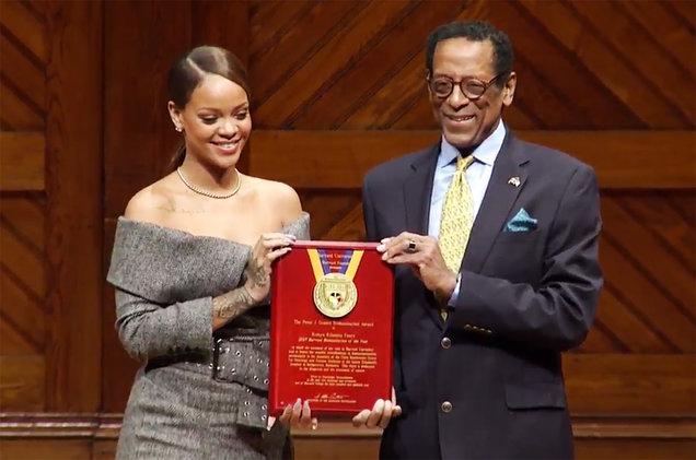 Rihanna merr çmimin Personi Humanitar i Vitit nga Universiteti i Harvardit