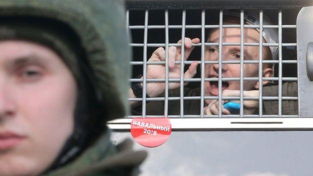 Kremlini shpërfill thirrjet e SHBA-së e BE-së për lirimin e protestuesve