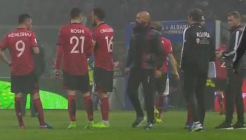 Tifozët shqiptarë hedhin tymues, ndërpritet ndeshja