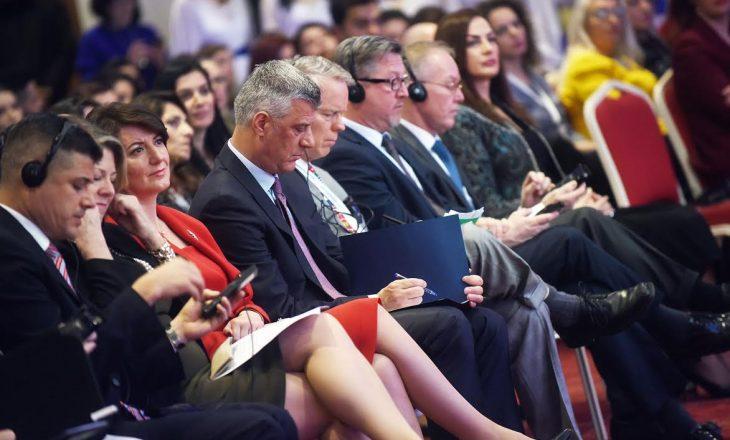 """""""Java e Gruas"""" i """"shpërblen"""" gratë e Kosovës me një foto me presidentin Thaçi"""