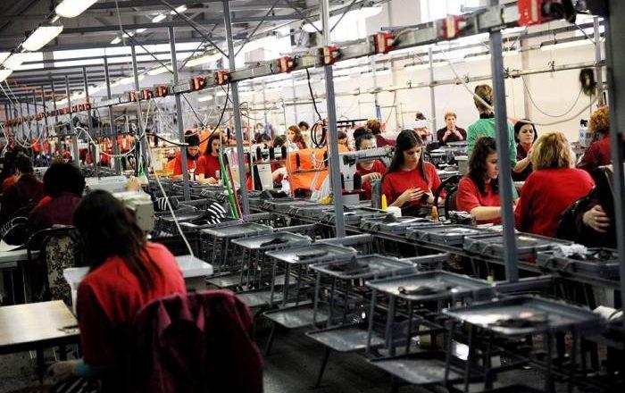 Shitja e fabrikave pas luftës 'shembi' ekonominë