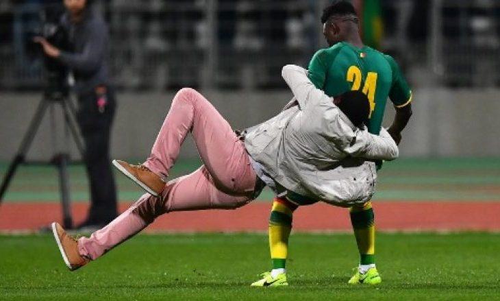 Tifozët sulmojnë futbollistët në ndeshjen Bregu i Fildishtë dhe Senegali