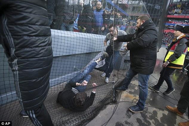 Përleshje masive mes tifozëve në futbollin rus [video]
