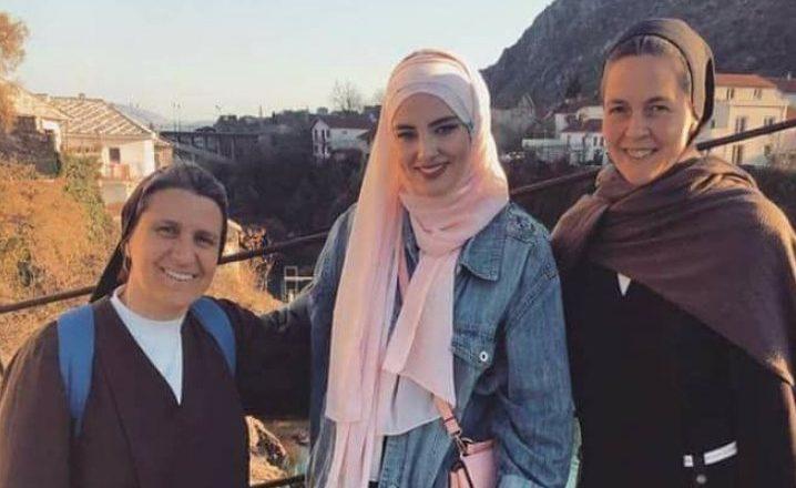 Fotoja që pushtoi rrjetet sociale në Bosnjë: Ato nuk u frikësuan nga unë
