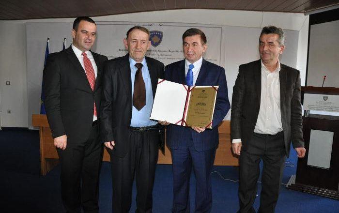 """Çmimin """"Shaban Jashari"""" e mori mësuesi nga Deçani"""