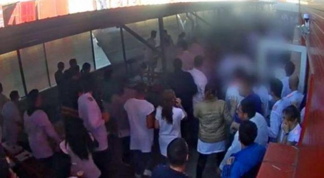 Momenti kur vetura shtyp punëtorët që kishin dalë të pushojnë [video]