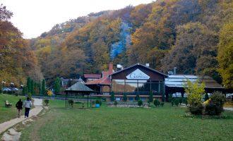 Ministria e Mjedisit i paguan drekë prej 1 mijë eurosh pjesmarrësve të një tryeze