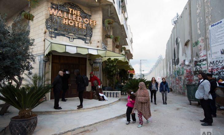 """""""Pamja më e keqe në botë"""" – artisti britanik hap hotel në Betlehem"""